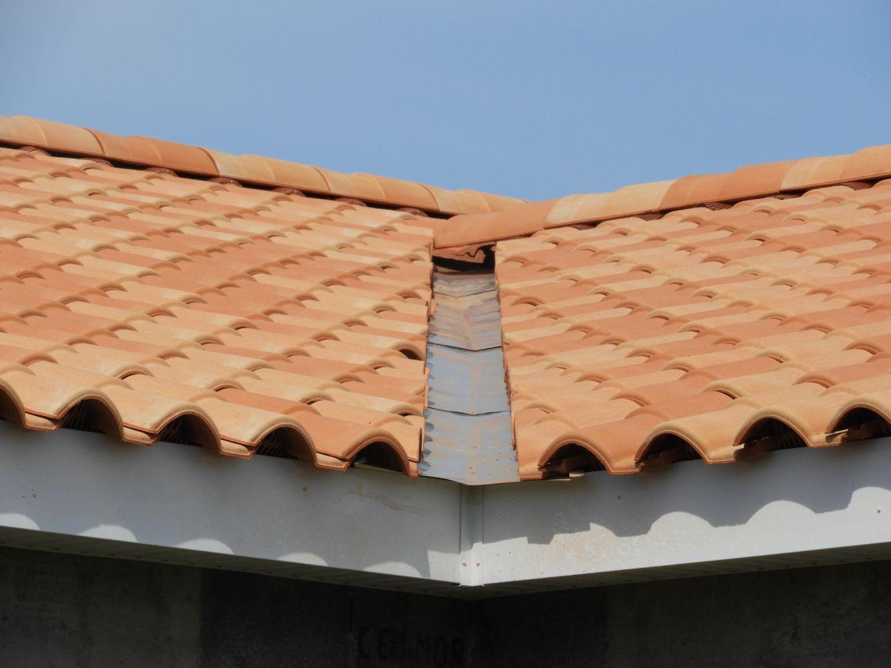 Une noue, on remarque aussi qu'ils ont dégueulassé toutes les planches de rive PVC avec leur échelle.