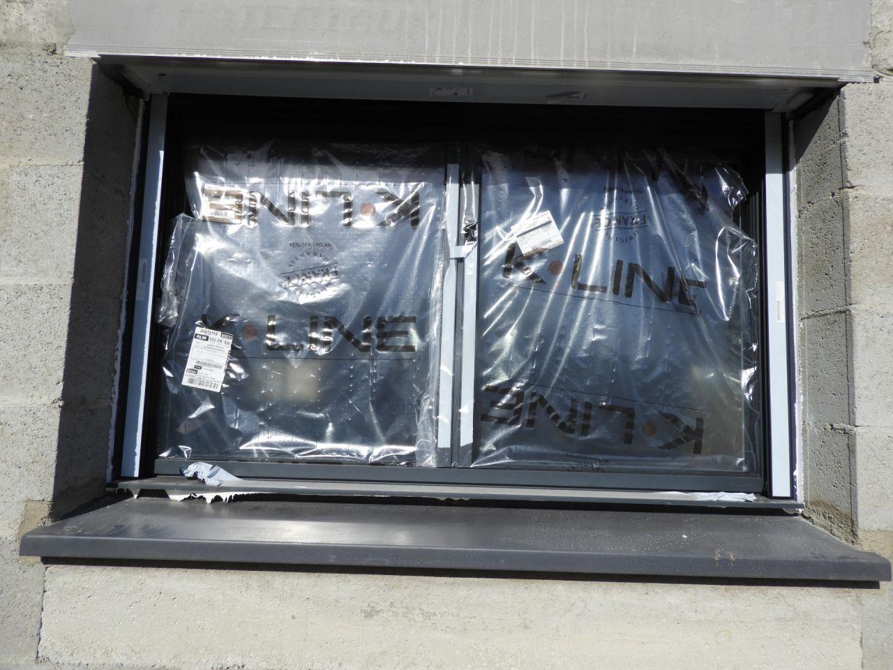Rayure sur la fenêtre de la chambre 1 en bas à droite. Il y a aussi une rayure sur l?appui juste en dessous. Vous remarquerez le montage très propre de la fenêtre au passage ?.