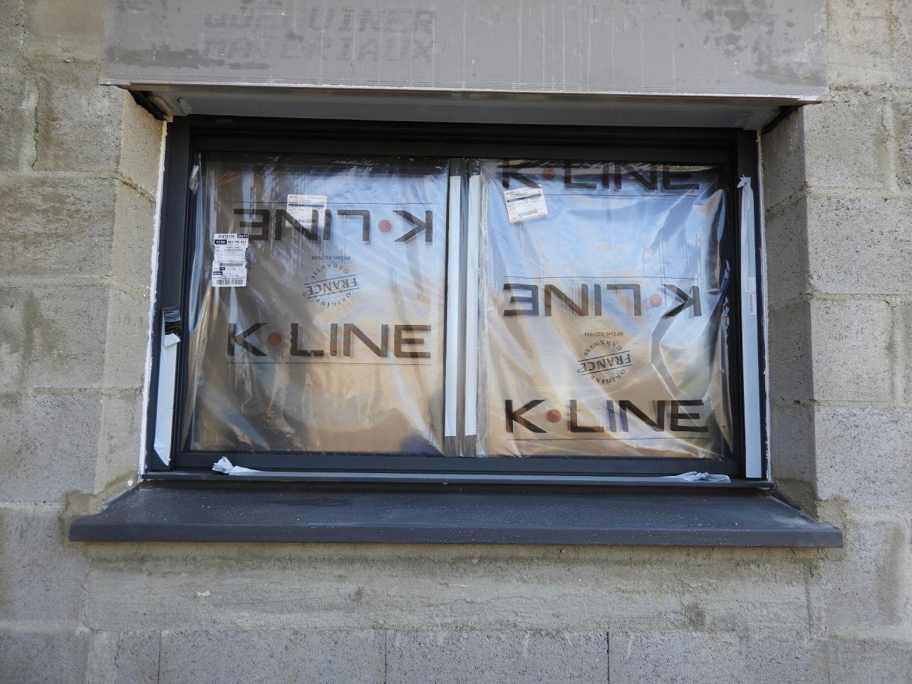 Rayure sur la traverse basse au centre de la fenêtre de la chambre 3.
