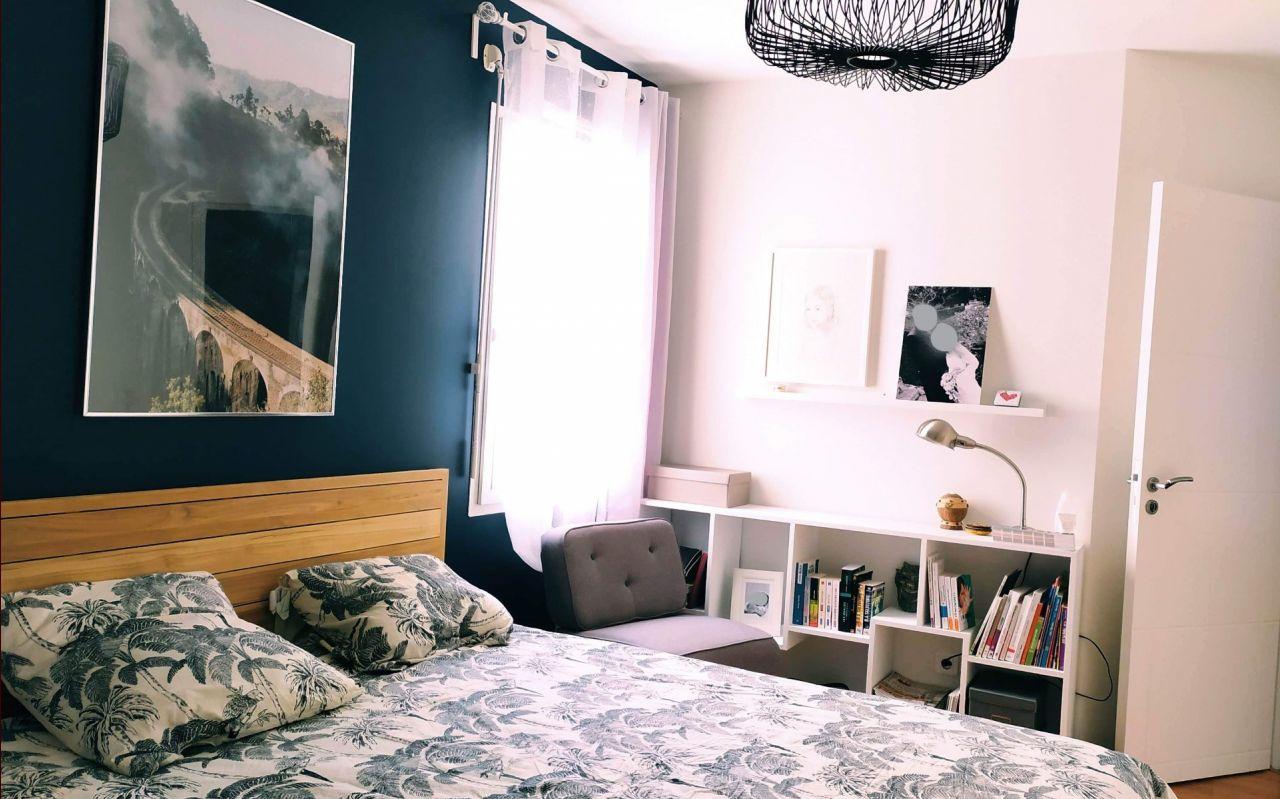 Au bout de 11 ans, on change les couleurs de la chambre pour la rendre plus lumineuse. On repeint tout en blanc sauf le mur de la tête de lit en bleu profond (je n'ai plus le nom de la couleur en tête).