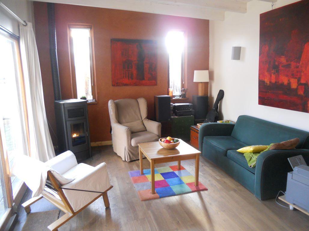 Extension d'une maison de ville Boussac. <br /> Sol en parquet massif chêne contrecollé Berg & Berg.  <br /> Poêle à granulés MCZ Musa Hydro <br /> Mur en enduit argile Rouge de Royans sur BTC