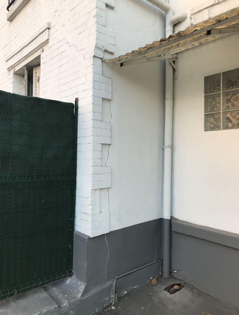 1. Présence de fissure sur la jonction entre le sol de la voirie et le muret de l'immeuble <br /> 2. Infiltration d'eau provoquant un gonflement du sol de la voirie <br /> 3. Apparition d'une fissure verticale