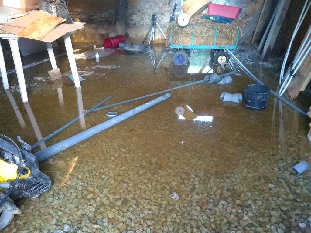 le hérisson ventilé est posé, mais pas l'isolant, ni la dalle. <br /> et il est tombé de l'eau jeudi, vendredi et samedi ... <br /> Résultat : local de nouveau inondé :(