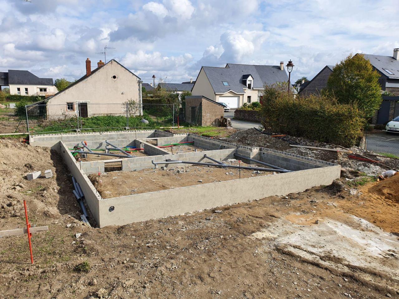 Installation des canalisations pour les eaux usées et des gaines pour l'électricité (PAC et tableau électrique)