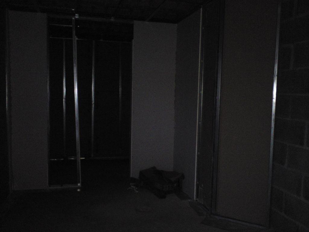 Photo de la cuisine avec arrière cuisine au fond.