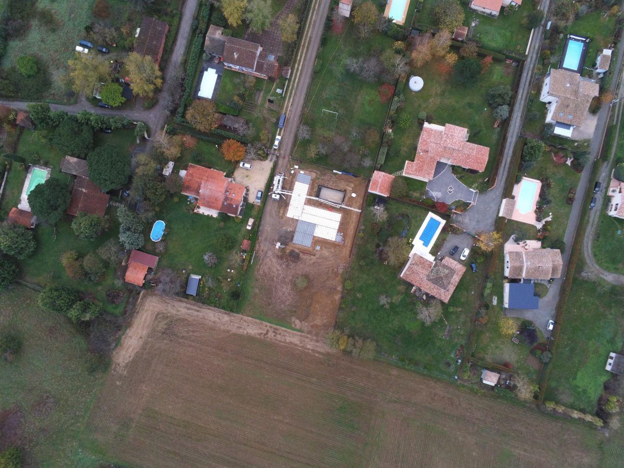 vue du drone - arrivée de la pompe PUMI 32M  <br /> Objectif : couler les fondations de la clôture et la dalle béton du vide sanitaire & Bloc Piscine <br />  <br /> 40M2 de béton pour cette phase <br /> 53M2 de béton sur la phase fondation maison & Piscine.