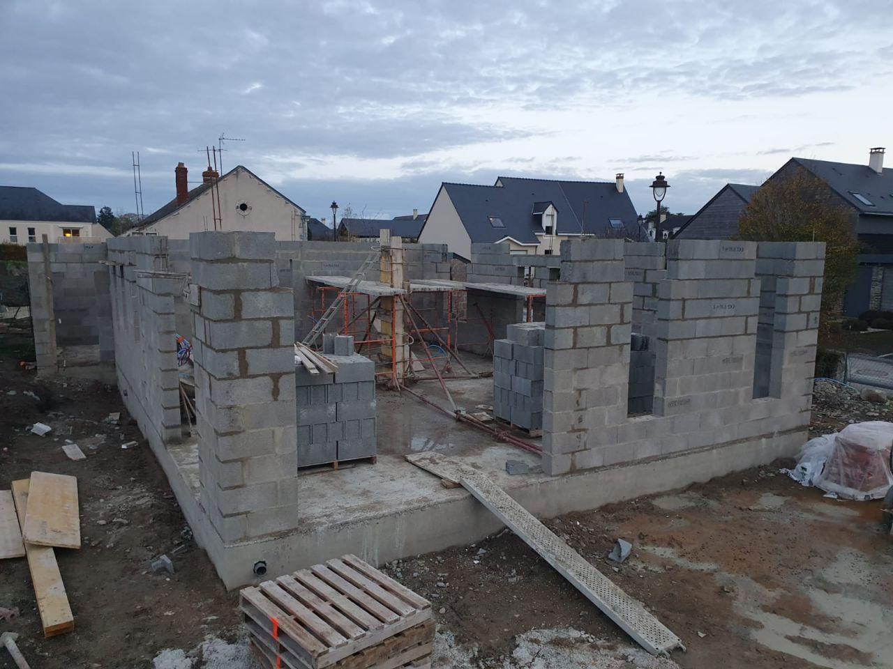 Réalisation des linteaux en parpaings creux coulés avec du béton armé au dessus des différentes ouvertures.