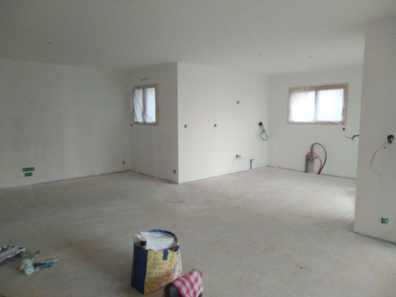 Peinture sous-couche blanche dans la pièce à vivre