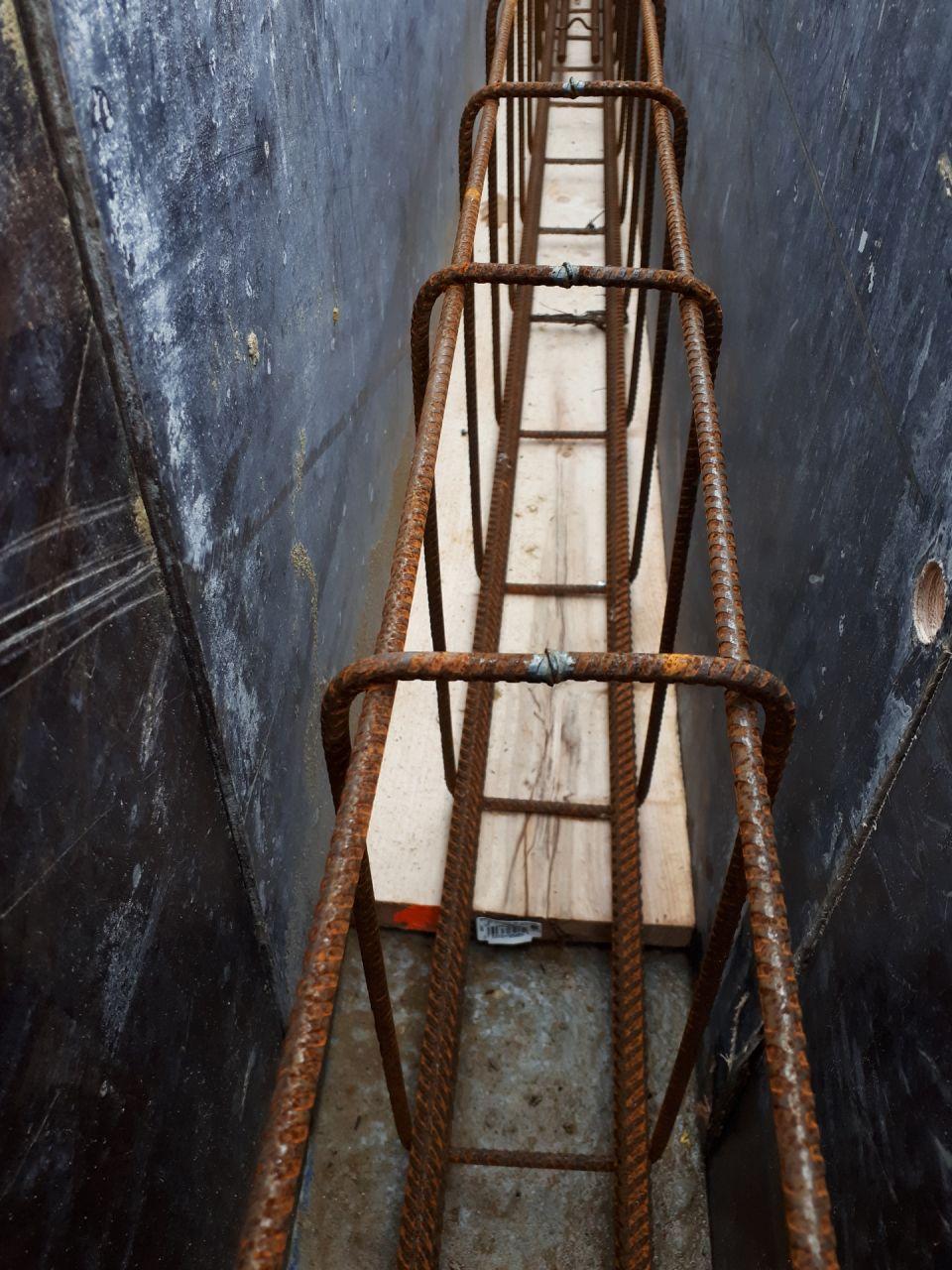 Vue détaillée des ferraillages. <br /> Les aciers sont posés directement sur les massifs ou sur des planches