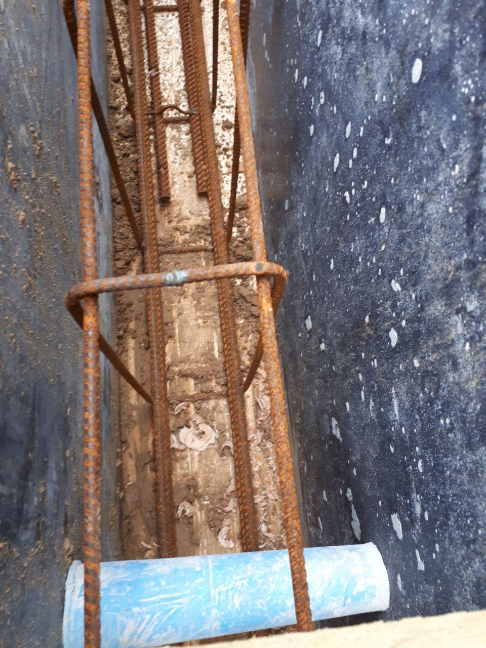 Vue détaillée des ferraillages. <br />  <br /> On constate un peu de terre au fond