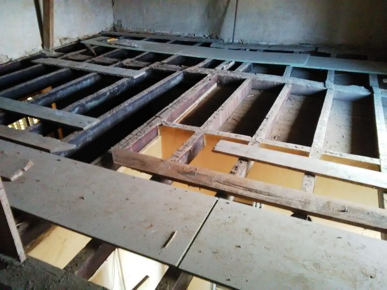 Nous avons enlevé le plancher au dessus de la cuisine et la chambre. Les solives et la poutre sont en bon état. <br /> - 12 solives sellées dans le mur 8 x 14 x 198 <br /> - 13 solives 8 x 14 x 336 (entraxe 50 cm) <br /> - poutre 35 x 35 x 640