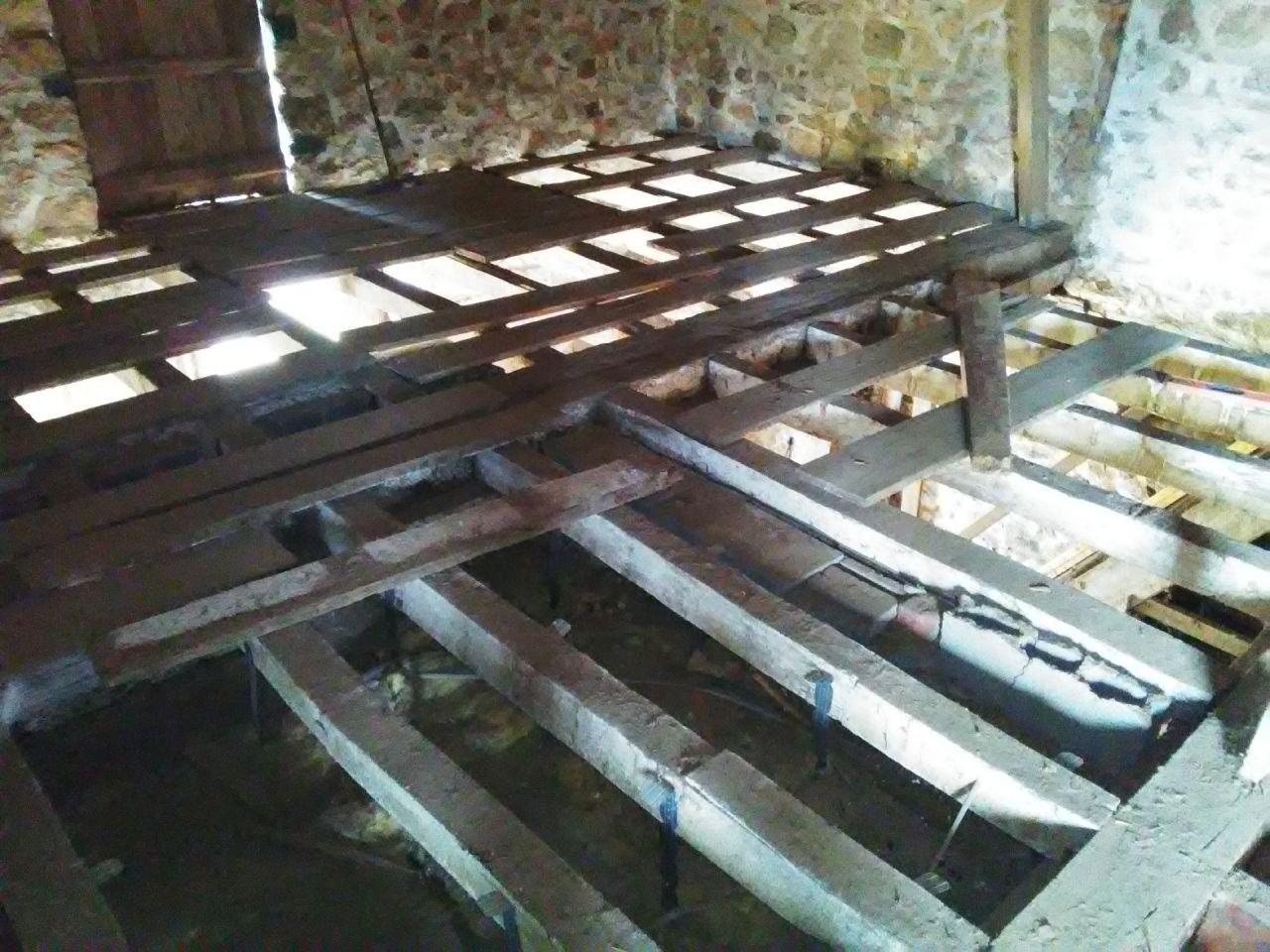 Nous avons enlevé le plancher au dessus du cellier. Les solives et la poutre sont en bon état. <br /> - 13 solives sellées dans le mur 12 x 12 x 276 (entraxe entre 47 et 59 cm) <br /> - poutre 35 x 35 x 640 <br /> - 11 solives 12 x 12 x 202 (entraxe entre 38 et 60 cm <br /> - poutre 19 x 23 x 640