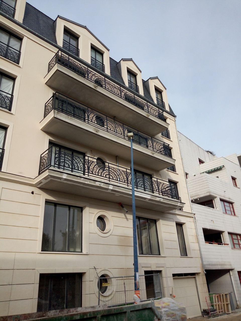 Ils commencent à finir la façade...rez de chaussée et premier étage...puis miracle vers le 9 décembre sont apparus les balcons...