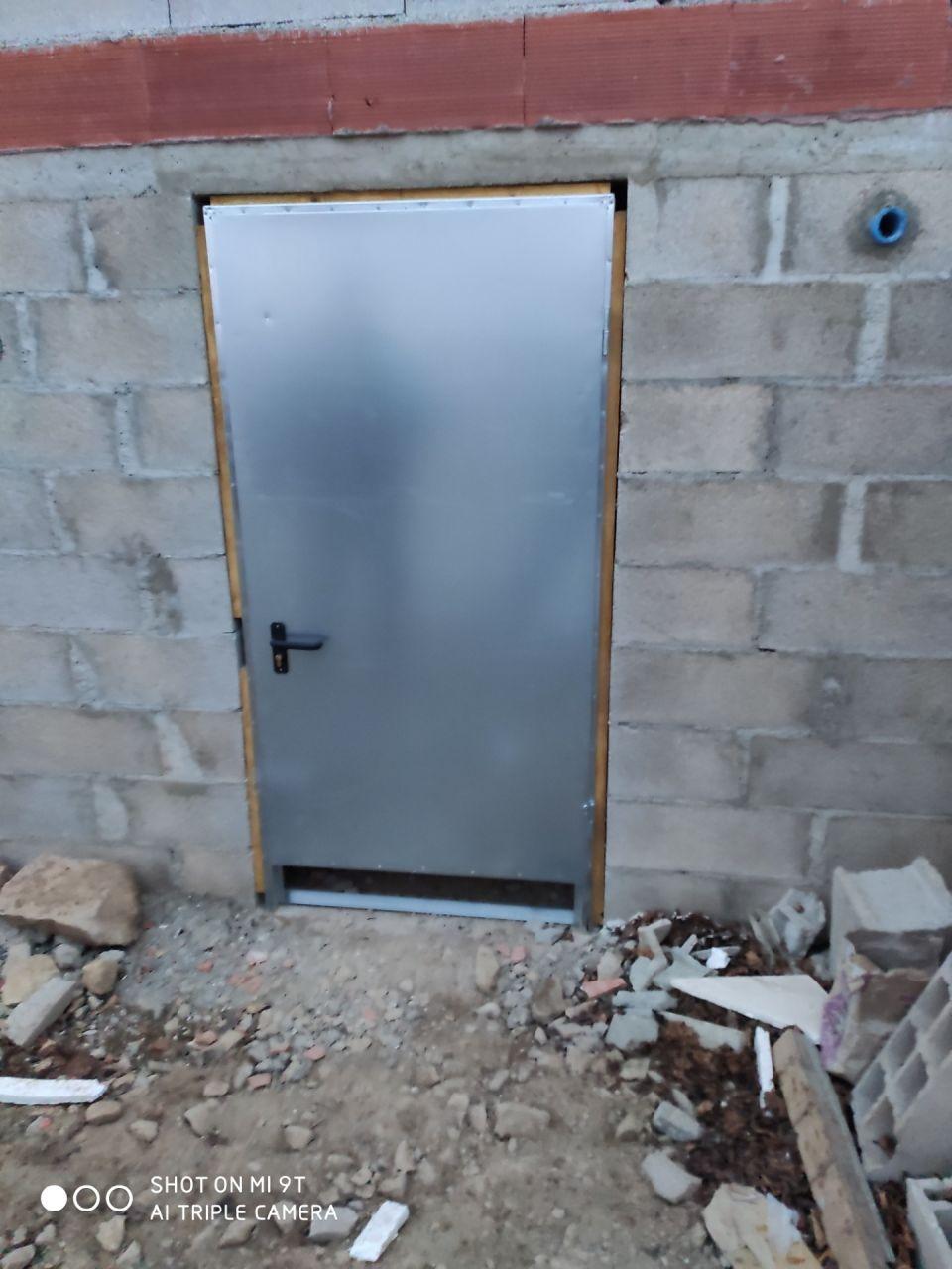 porte acier galvanisée découpée et posée avec mon père. <br /> il restera les finitions sur les cotés. <br /> pour le bas, il y aura la dalle en béton qui viendra au ras de la porte.