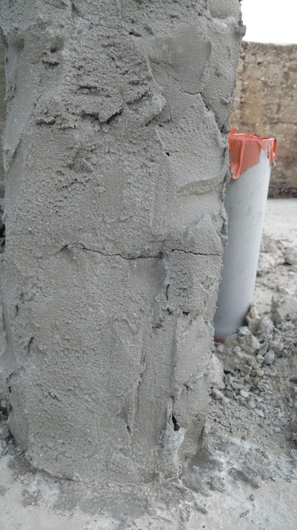 Pied de raidisseur repris au mortier supposé être un mortier de réparation...la fissuration trahit l'utilisation d'un mortier traditionnel.