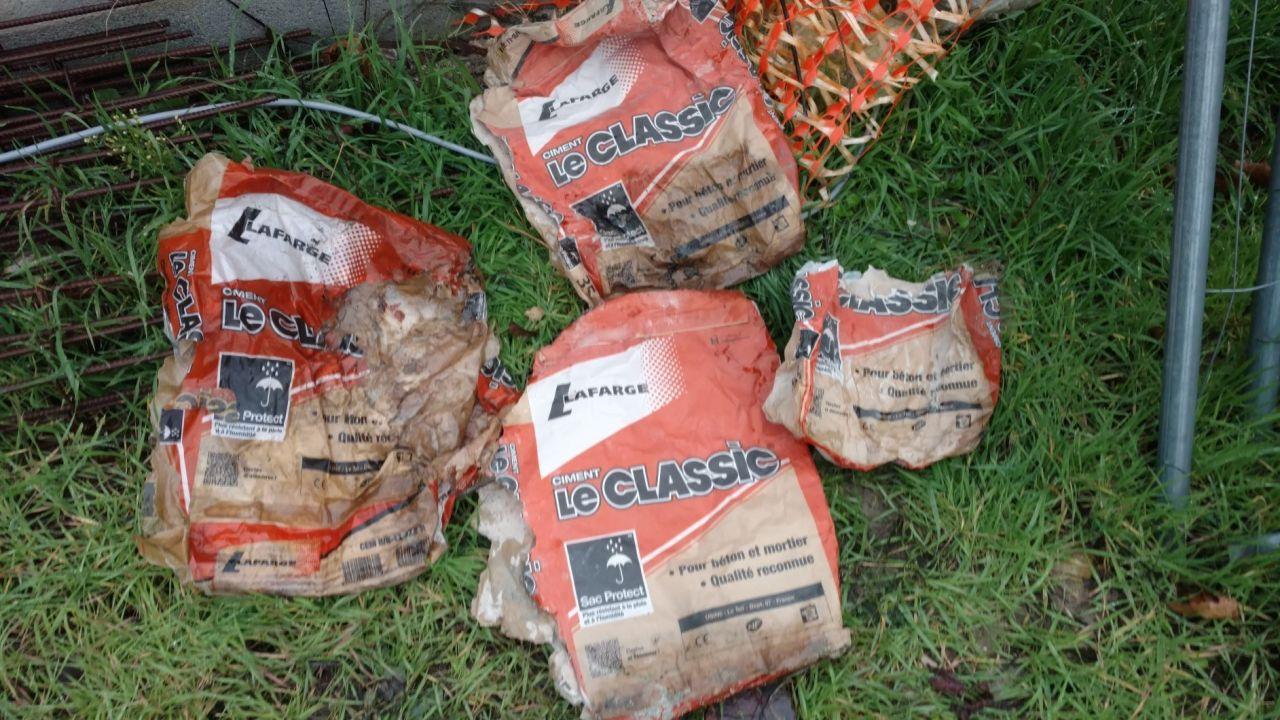 """Sacs de ciment """"le classic"""" présents sur palette en début des travaux réparatoires et retrouvés vides quelques jours plus tard. Ces sacs n'avaient rien à faire sur le chantier. C'est 10 fois moins cher que le mortier de réparation sauf quand on se fait attraper !"""