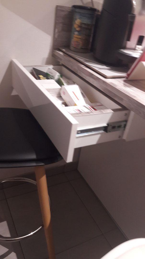 tiroir fabrication par mes soins sous le plan de travail pour médicament et pain