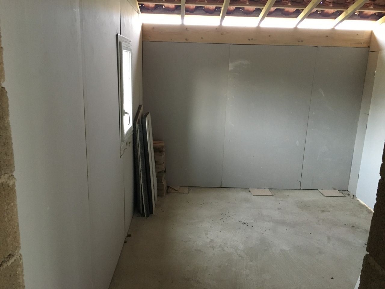 début des travaux à notre charge, l'isolation du cellier en cours