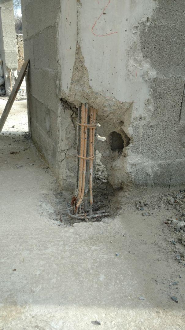 Pied de raidisseur dégarni en vue du coulage d'un mortier de réparation.