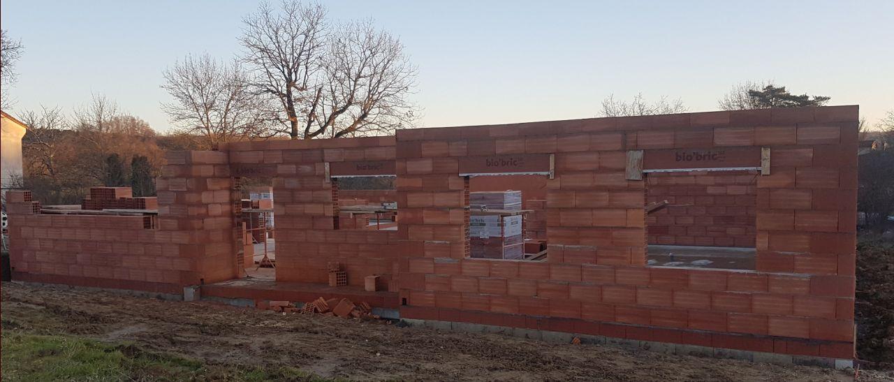 Suite et fin de l'élévation des murs côté porche d'entrée