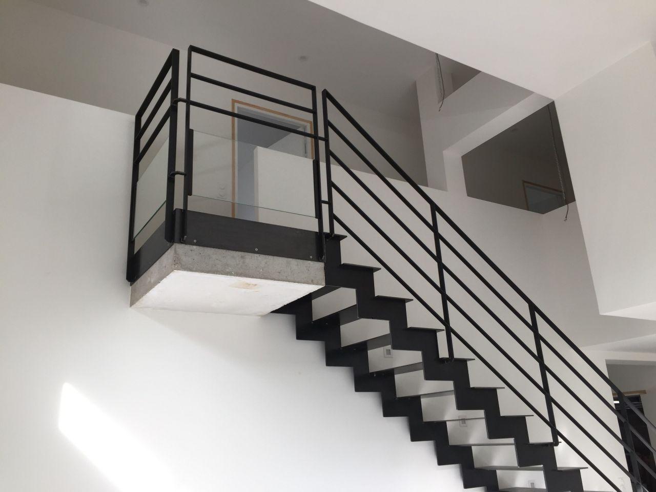 Escalier métal et palier béton