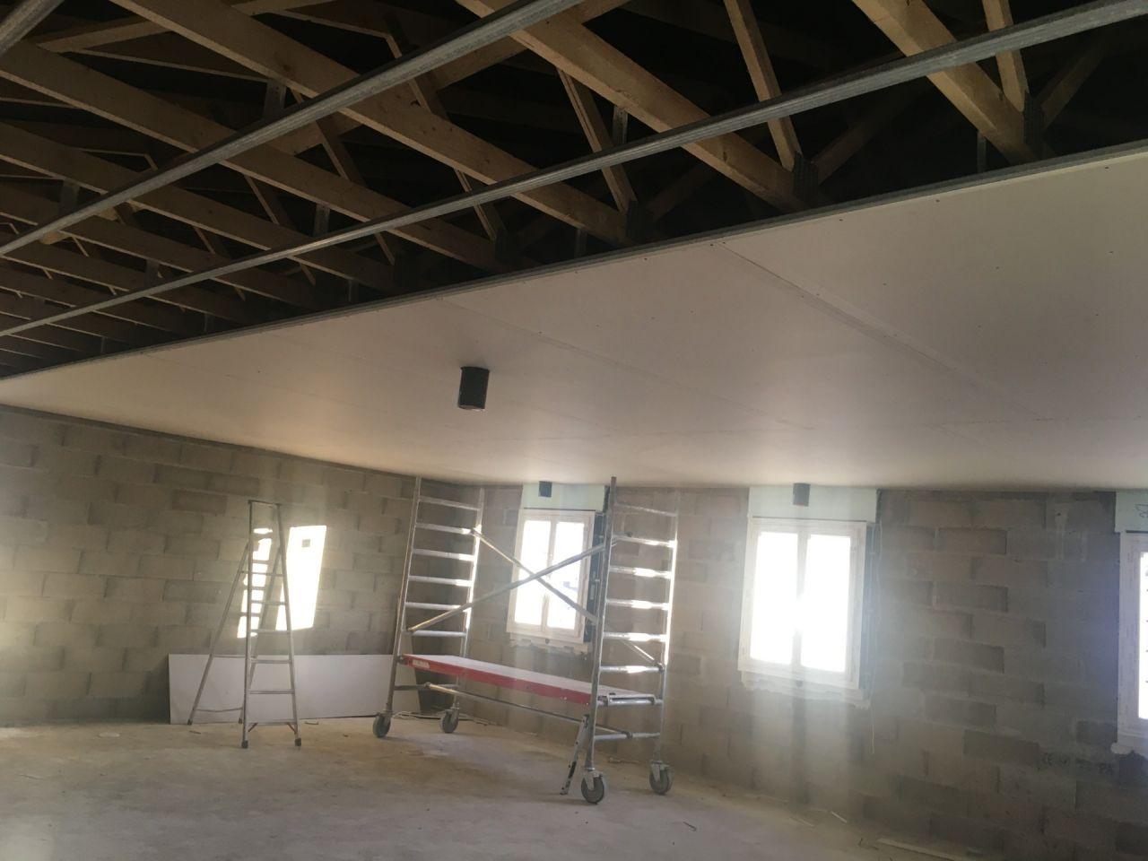 plafond étage avec aspiration VMC double flux couloir