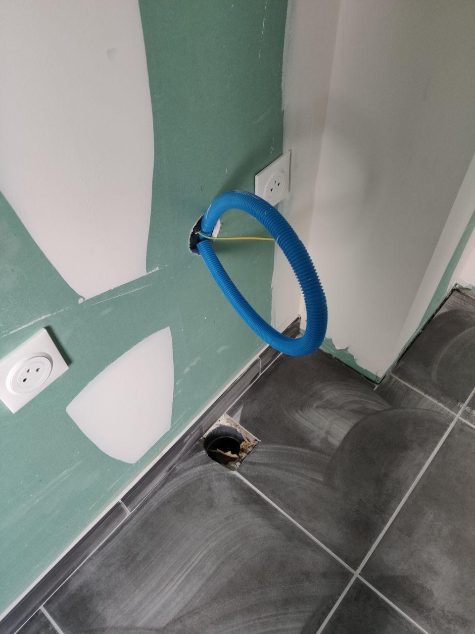 Rendez-vous du 22/01/2021 avec le conducteur de travaux. <br /> SDB de l'étage, il manque les plinthes. <br /> Arrivée d'eau pour la machine à laver.