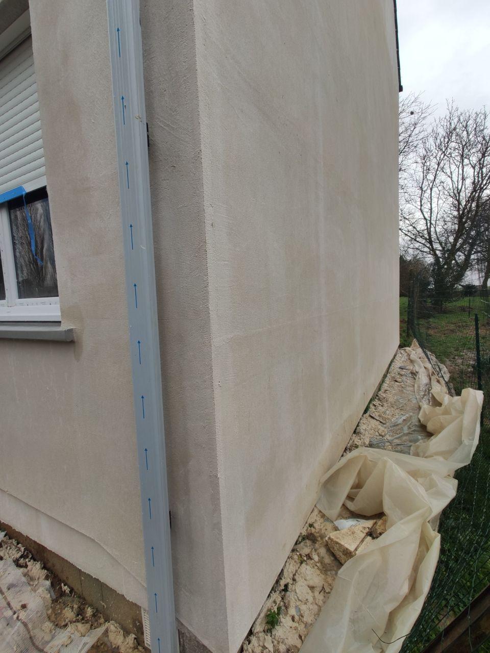 Visite le 01/02/2021 le façadier est venu faire le reste de la sous-couche de la maison (entre le 25/01/2021 et le 01/02/2021) <br /> Photos datant du 06/02/2021. <br />  <br /> façade sud, en limite de propriété
