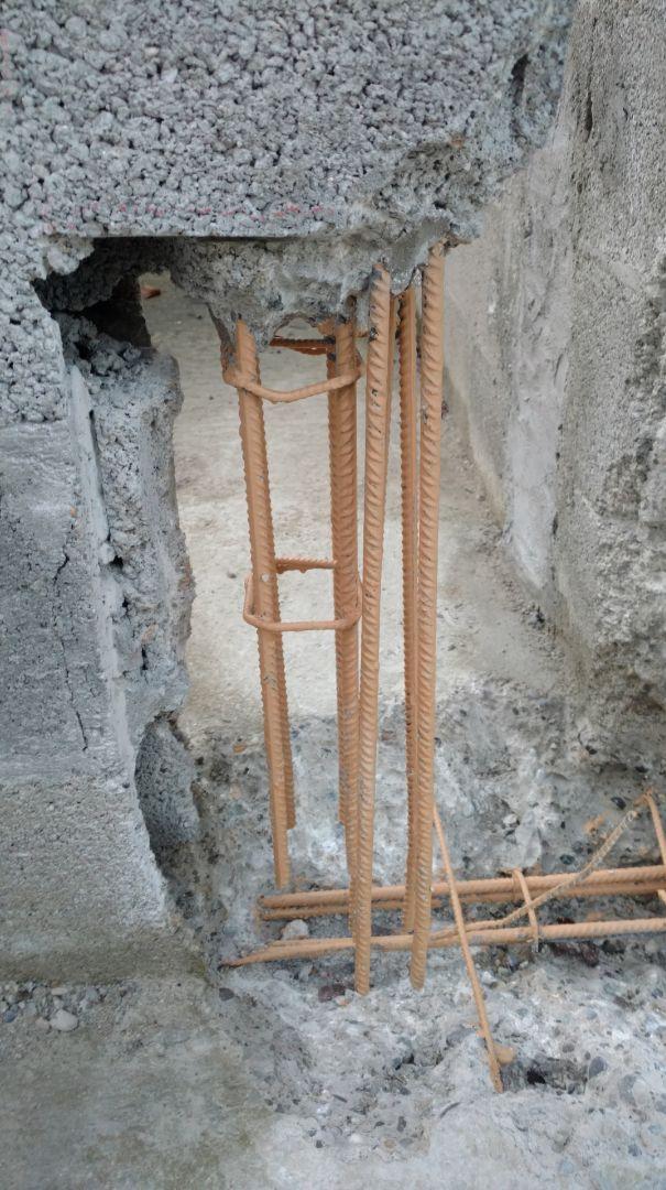 Malfaçon - Raidisseur non ancré. Les attentes de chainage ne sont pas liaisonnées avec le chainage horizontal (elles sont tenues par le béton du raidisseur) et totalement en dehors des cadres transversaux.
