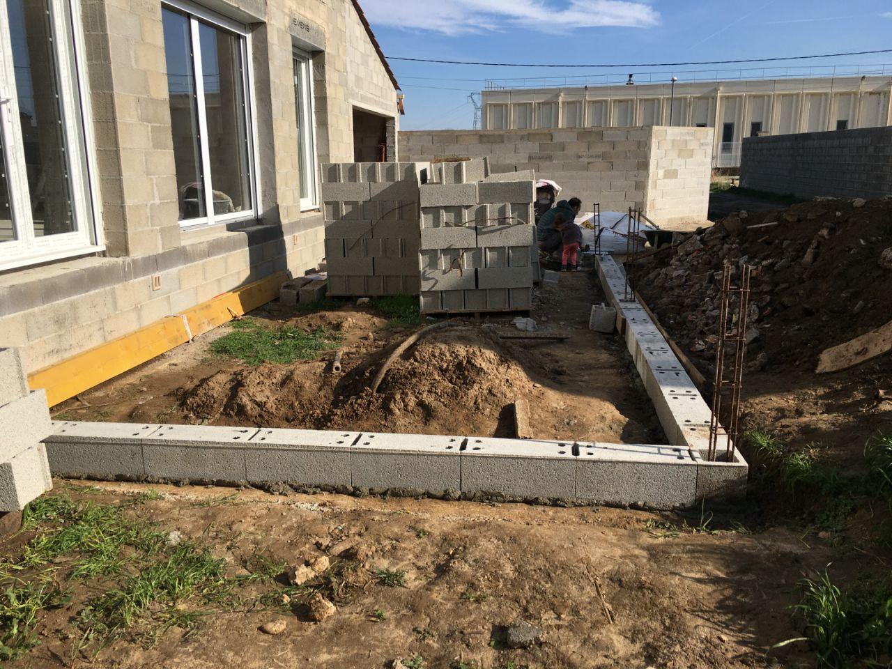 mise en place 1ere rangée de la terrasse qui fera 8m*4m et 80 cm de hauteur