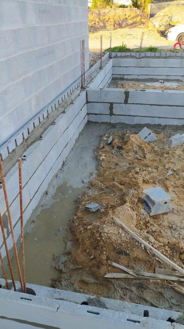totalité du soubassement posée dans la journée : beaucoup de boue argileuse au sol