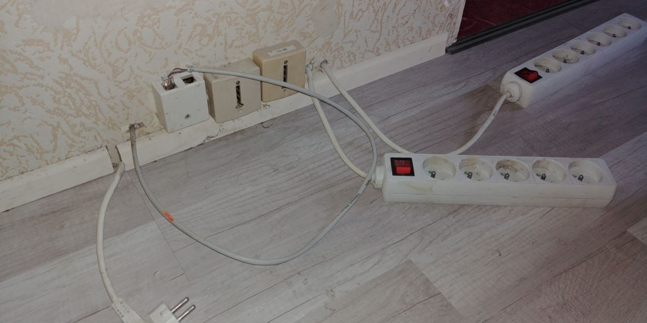 Cable ethernet sortant du mur, et boitier bizarre