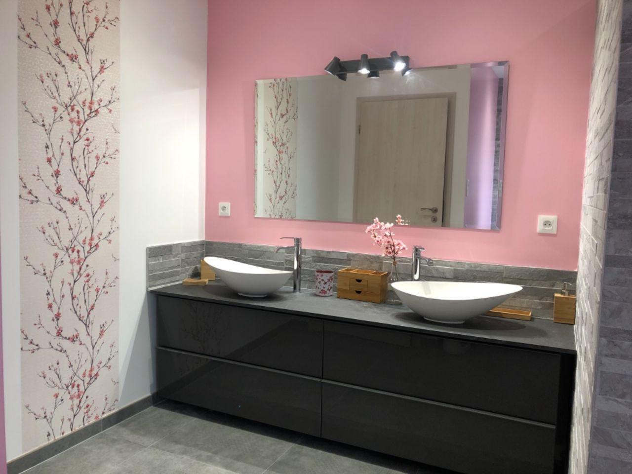 Papier peint de la salle de bain terminé ! Manque plus que de la déco murale :)