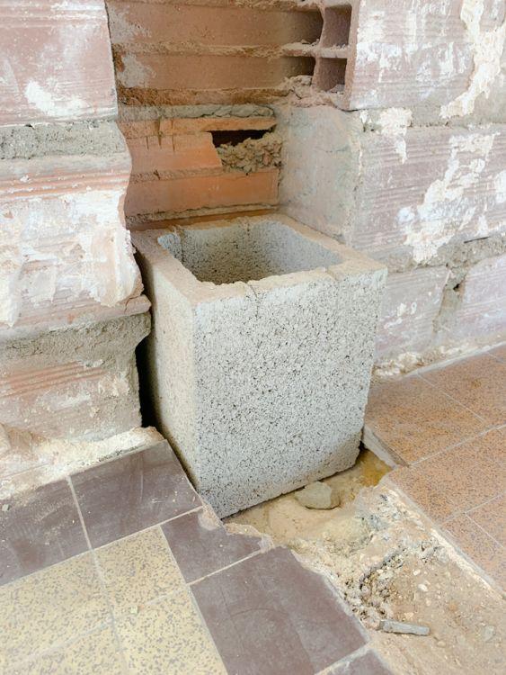 Pour simplifier la mise en ?uvre du poteau en béton armé, j'utilise des éléments de pilier en béton qui me serviront de coffrage. J'utilise un premier élément comme gabarit.