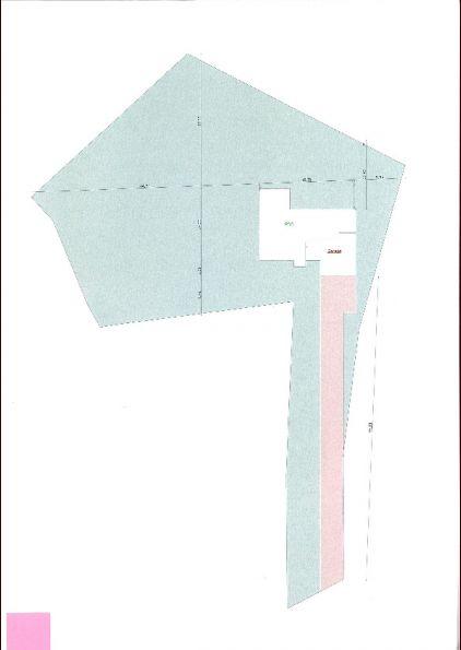 Implantation projetée de la futur maison de plein pied orientée plein SUD <br /> Elle se situe à environ 65 m de la route , donc accès et réseau privé à faire et àç chiffrer ...
