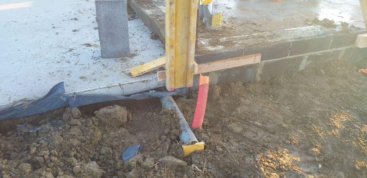 Les tuyaux placés sur le terrain du voisin.