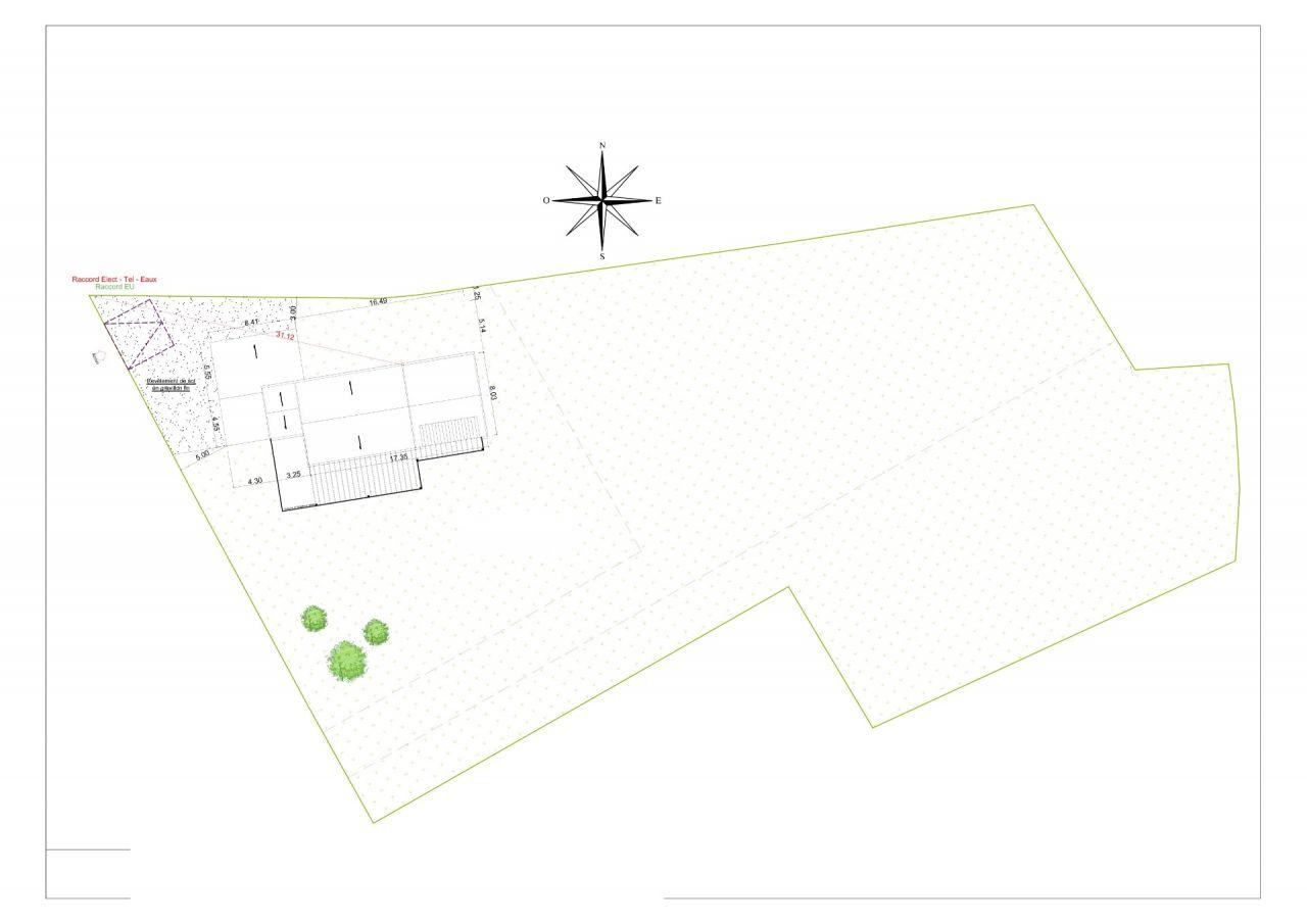 L'implantation de la maison sur le terrain, le PLU n'autorisait pas de se mettre à plus de 5m de l'alignement avec la route.