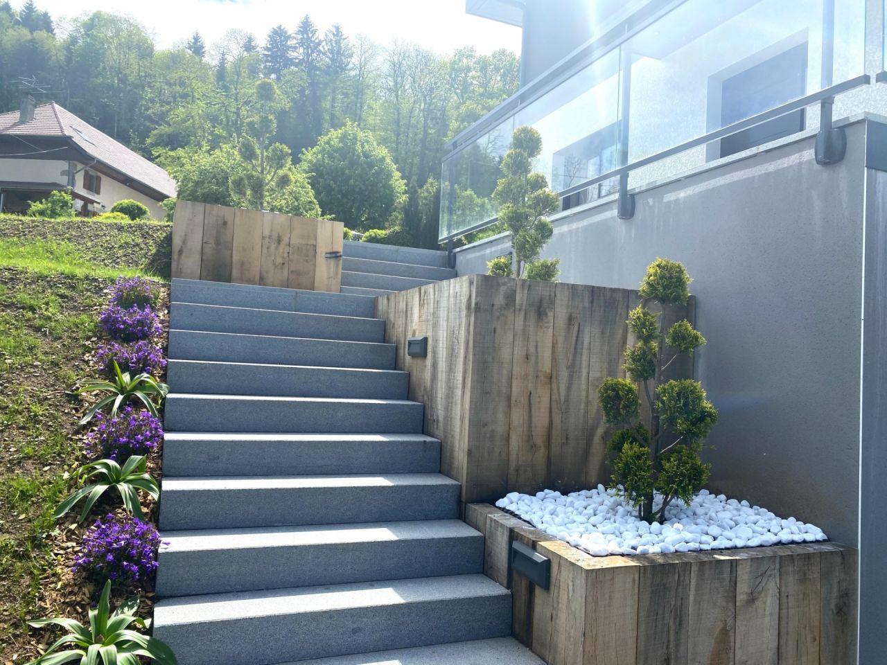 Escalier paysagé dans son ensemble, avec les cyprès de Leyland, les campanules et les allium