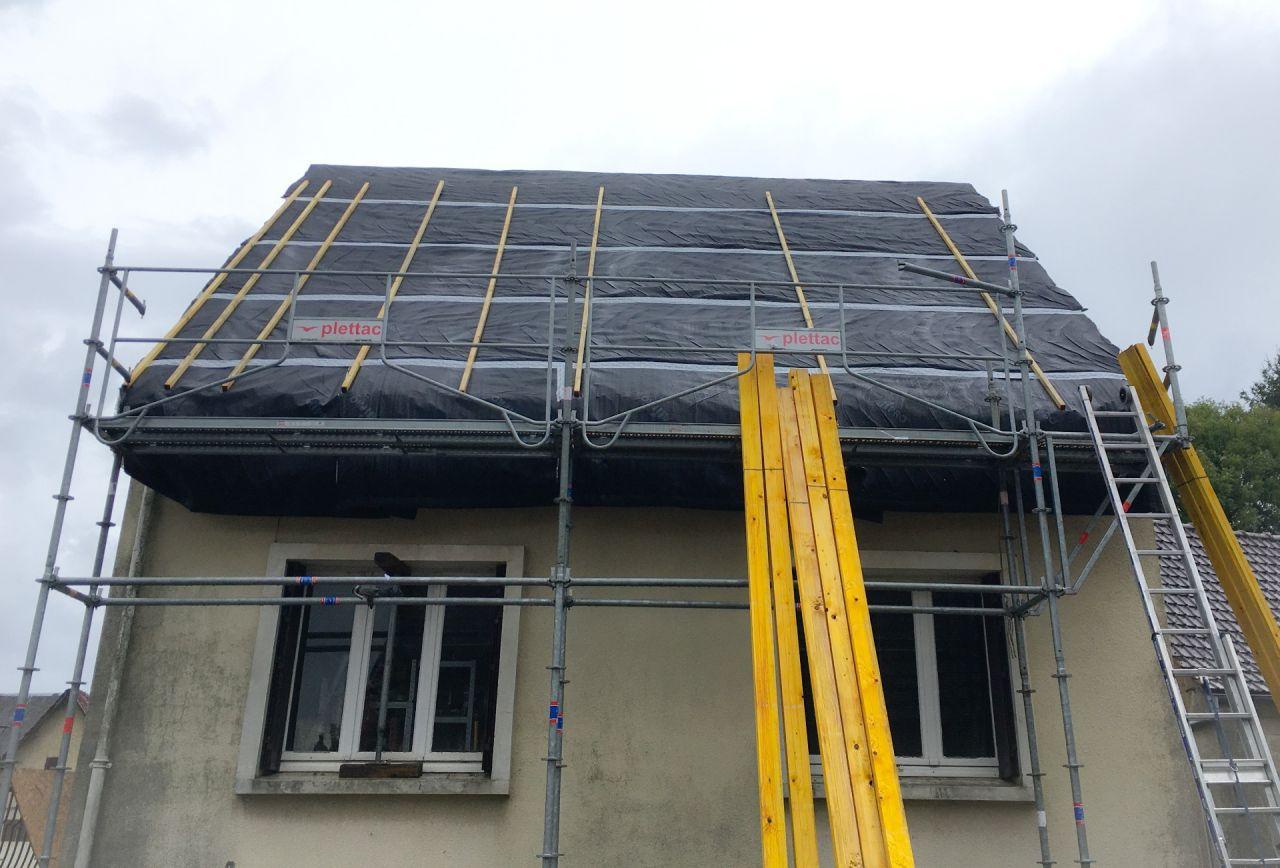 Pose de l'isolant sous toiture, face nord terminée.
