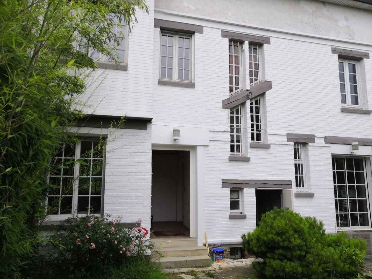 Sur le côté intérieur de la parcelle, la façade est en briques.