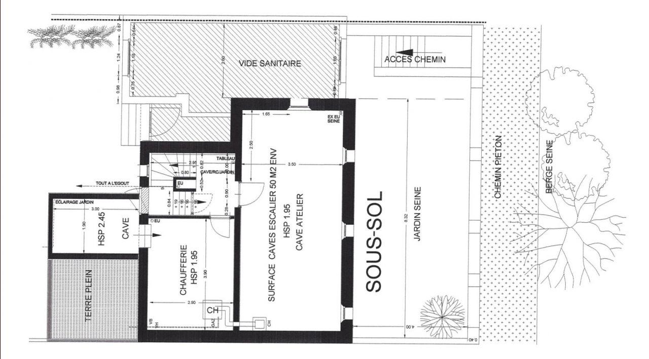 La maison historique de 1923 a été construite sur un sous-sol total formant deux rectangles. Ce sous-sol est utilitaire (stockage, chaufferie ?) avec une bonne surface mais peu de hauteur sous plafond. L'extension de 1953 a été construite quant à elle sur vide sanitaire. Quant à la terrasse et la cave à vin creusée en dessous, elles ont été rajoutées en 1991. Terrasse qui donne sur le jardin, alors que la maison fait face à la Seine.