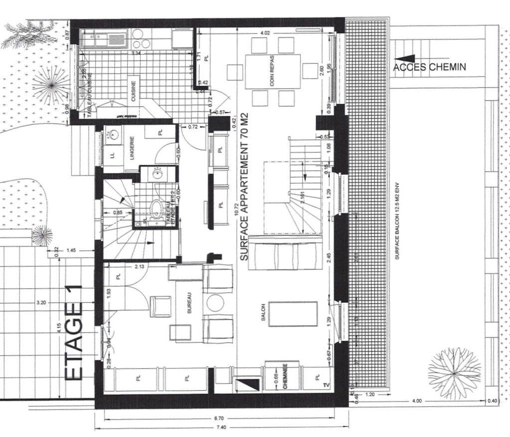 Un deuxième appartement a été créé, ce qui explique la présence -de nouveau- d'une cuisine à l'étage et anciennement d'une salle de bain ? transformée en lingerie -. La suite de l'escalier a été condamnée pour faire les toilettes.