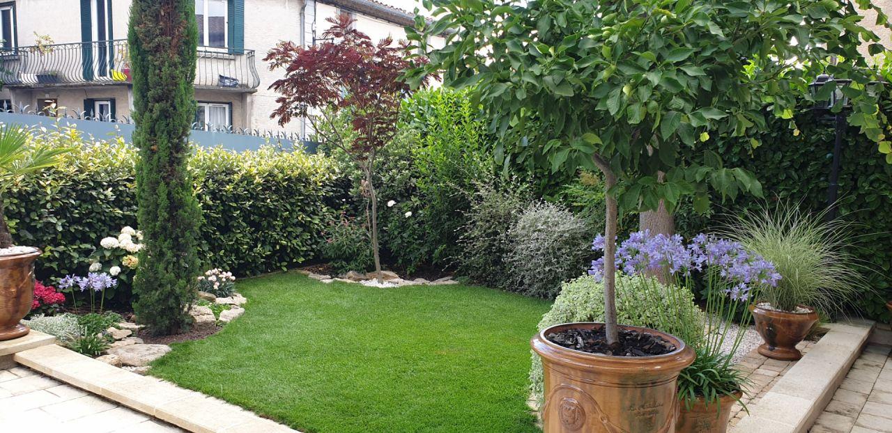 Mois de juillet 2021, le temps digne d'un mois de novembre profite au jardin.