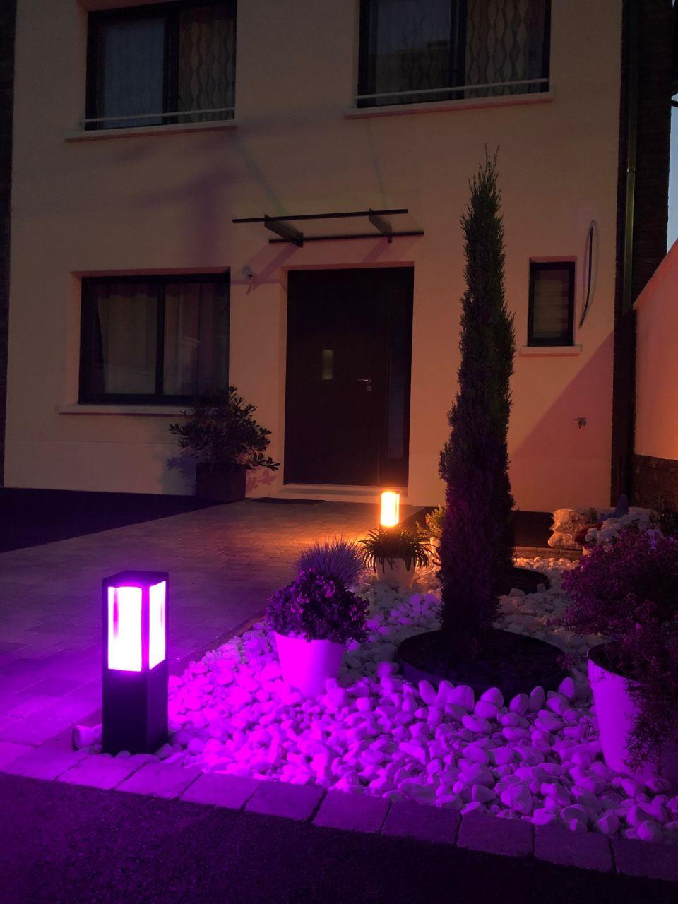 Installation des bornes d'éclairage dans la cour