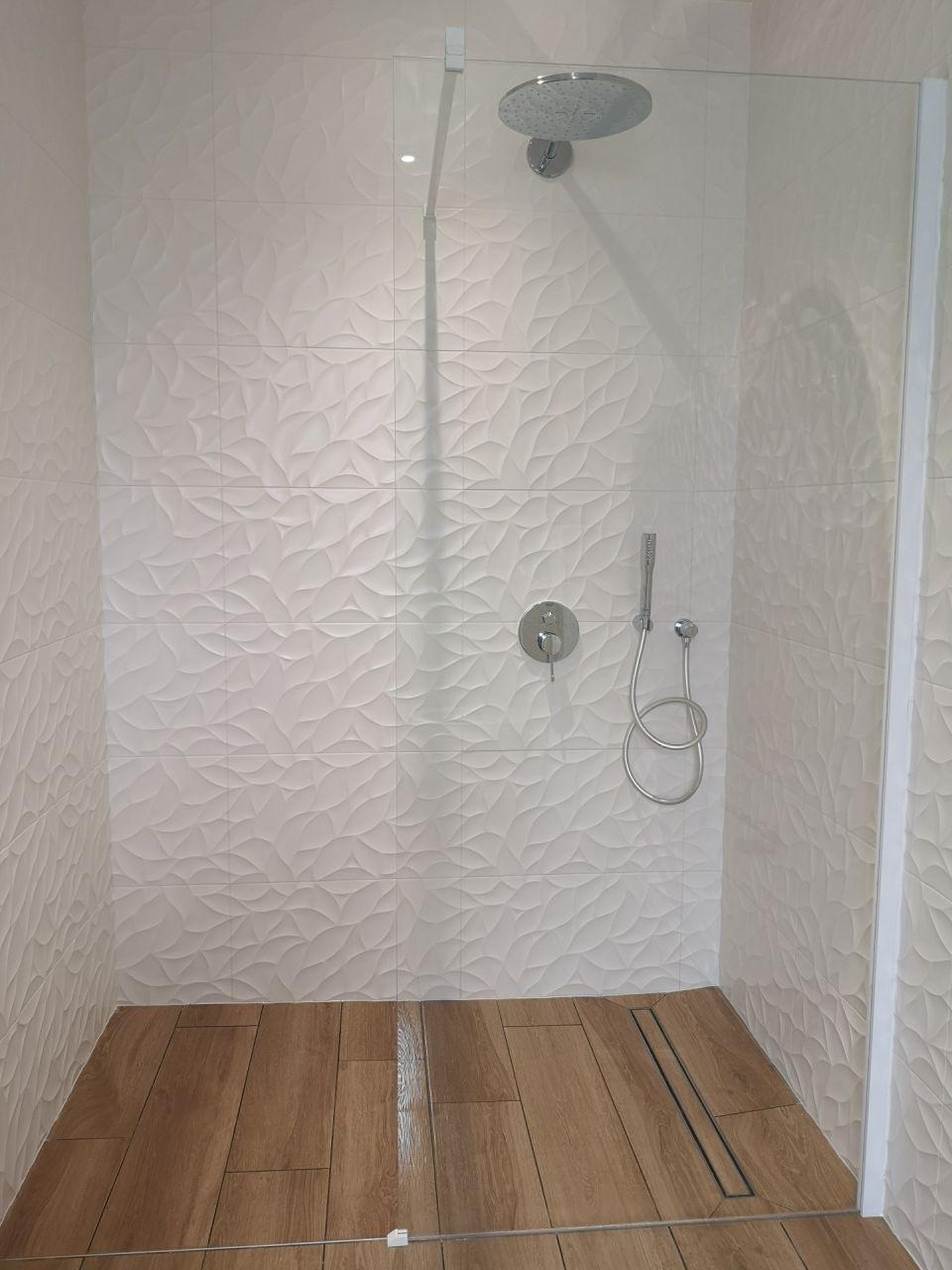 Première vue de la douche avec la plomberie pas tout à fait opérationnelle.