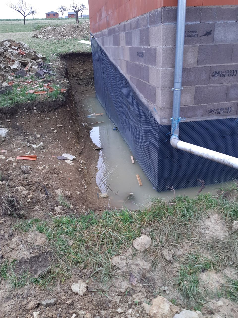 Inondation due à l'absence de gouttiere alos j'ai installé des gouttières provisoires et l'eau a continué de monter