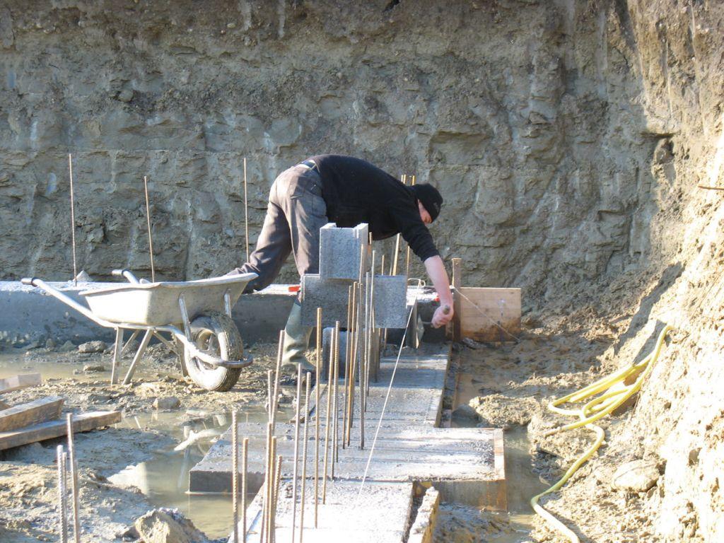 les premiers moellons... <br /> blocs à bancher en périphérie de la maison   moellons creux dans les murs de refend