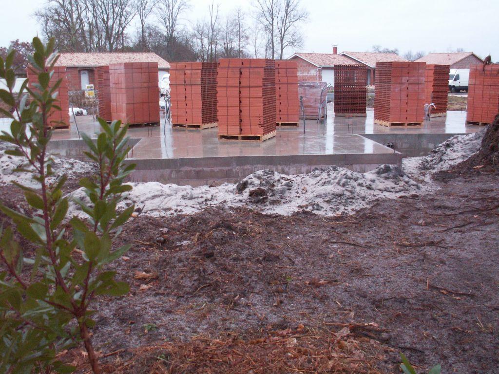 Les briques arrivent sur le chantier, les travaux ne vont pas tarder à reprendre !