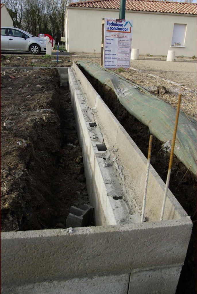 Vue d'ensemble des fondations. Les remblais sont disposés sur la construction car dallage sur terre-plein.