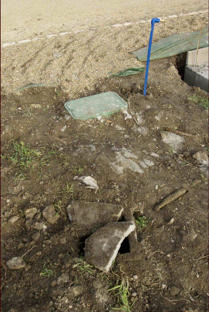 La compagnie fermière est venue réaliser le branchement d'eau potable, mais a cassé par inadvertance le coffret France Télécom. Un petit courrier de réclamation s'impose.....